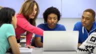 Trainer hilft Studenten mit Laptop-Computer