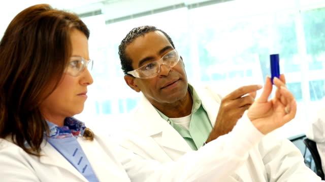 Intensive Wissenschaftler untersuchen ein Reagenzglas