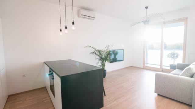 Interiören i en ljus, ny modern öppen planlösning lägenhet