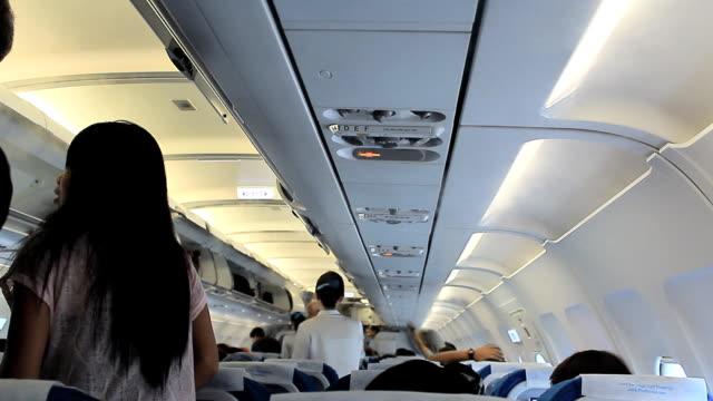 Interno di un affollato aereo