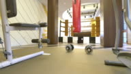Innenansicht des Fitnessstudios in modernen villa 4 K
