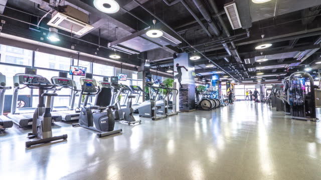 Interieur des modernen Fitness-Studio trainieren. timelapse 4 K