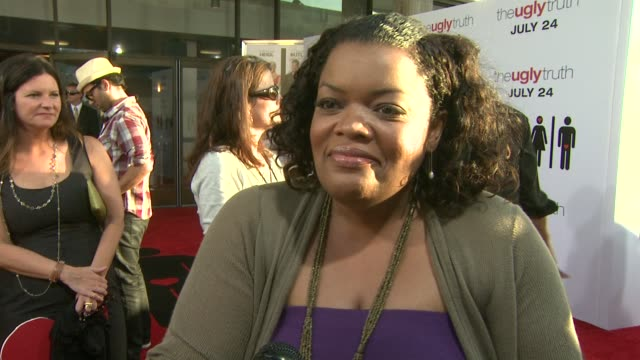 Yvette Nicole Brown on her role having fun on the set the ongoing battle of the sexes at the 'The Ugly Truth' Premiere at Hollywood CA