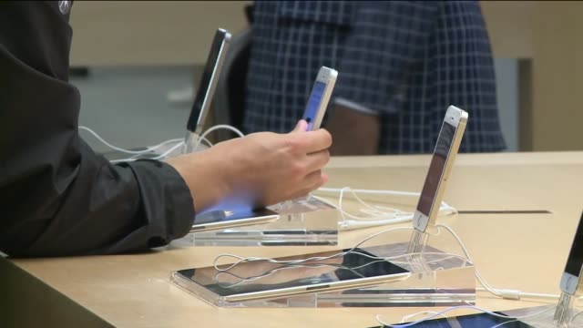 WGN iPhones On Display In Apple Store During iPhone 6 Release at an Apple Store on Sept 19 2014 in Chicago