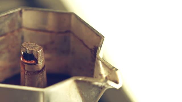 Italienisches Kaffee Eingießen von Mokka