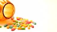Jack-o-Laterne Candy Jar mit einem Haufen von bunten Halloween-Süßigkeiten