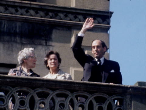Jeremy Thorpe acquitted at trial b NAT London Staff fight off press Low Angle shot Jeremy Thorpe waves from balcony wife Marion Thorpe and mother...