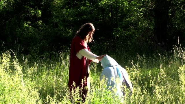 blesses discepoli di Gesù prays in giornata di sole e campo