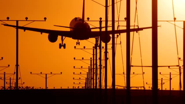 Jet Landing bij zonsondergang