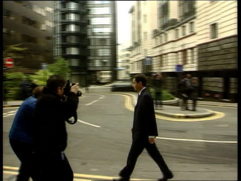 Barry George trial opens Alan Farthing fiance of Jill Dando along PAN with photographers around Nigel Dando brother of Jill Dando arriving at court...