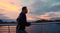SLO, MO, Joggen auf der Brücke bei Sonnenuntergang