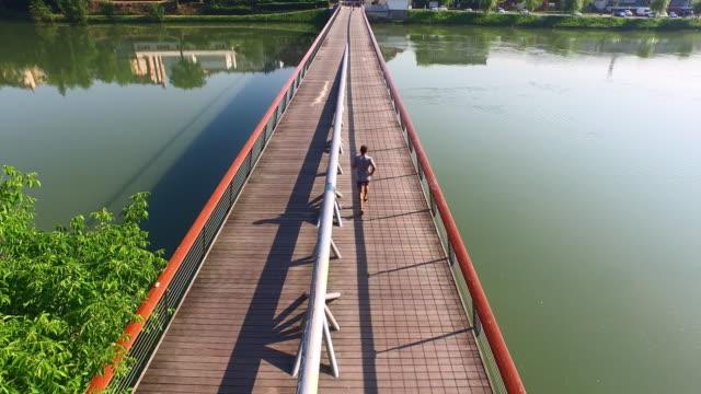 AERIAL Joggen auf der Brücke in der Stadt