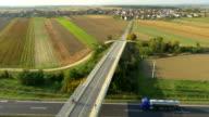Veduta aerea Jogging attraverso il raccordo autostradale