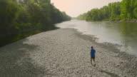 AERIAL Joggen auf dem Fluss in der Dämmerung