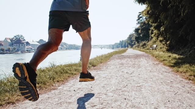 SLO MO Jogging sul fiume in città