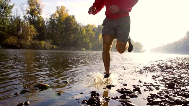 - SUPER ZEITLUPE, HD: Joggingpfad am Fluss