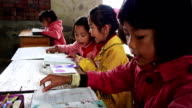Jolly chinesische Schule Kinder lesen