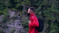 Jouful bärtiger Mann mit Rucksack wandern