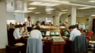 1985 MONTAGE Journalists in an international paper office / CIty of London, England†