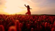 SLO, MO, fröhliche Mädchen im Bereich der crimson clover