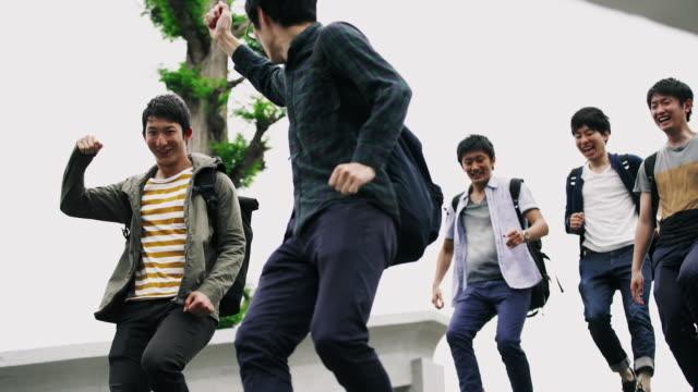 MS vreugdevolle Japanse studenten verlaten van de school