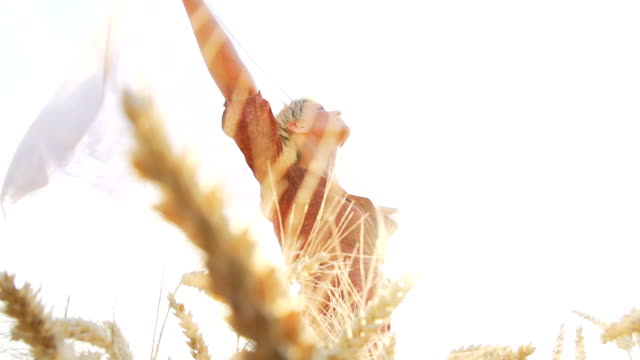 HD SUPER SLOW-MOTION: Gioiosa donna nel campo di grano