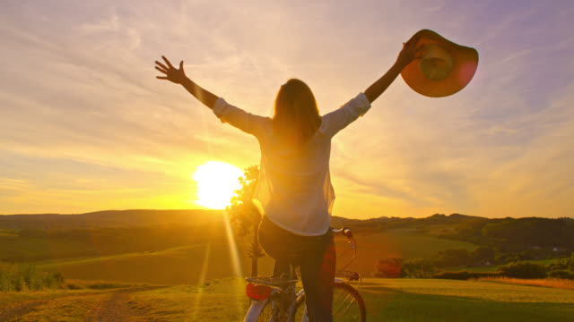 SLO MO blijde vrouw outstretching haar armen op de top van een heuvel