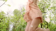 SLO, MO, fröhliche Frau unter Blütenblätter fallen
