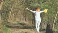 SLO-MO-fröhliche Frau mit einem Hund im Wald