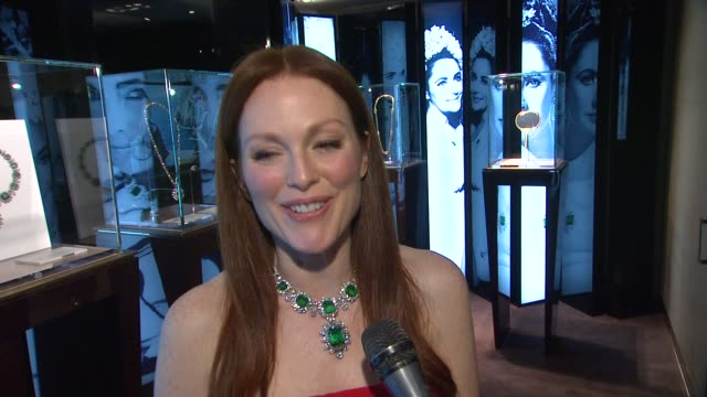 INTERVIEW Julianne Moore on the Elizabeth Taylor necklace she is wearing why she picked it out what Elizabeth Taylor meant to her as an icon and also...