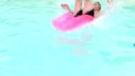 Salto in una piscina profonda fine loop