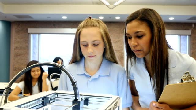 Junior hoog- en middelbare school stam studenten horloge en record opmerkingen als 3D-printer afdrukken