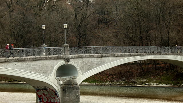 Kabelsteg-Brücke über den Fluss Isar in München