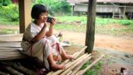 Karen's Mädchen spielen smart phone und Kamerafahrt mit Dolly