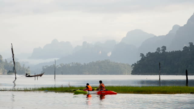Kajak segling i sjön över hela bildrutan