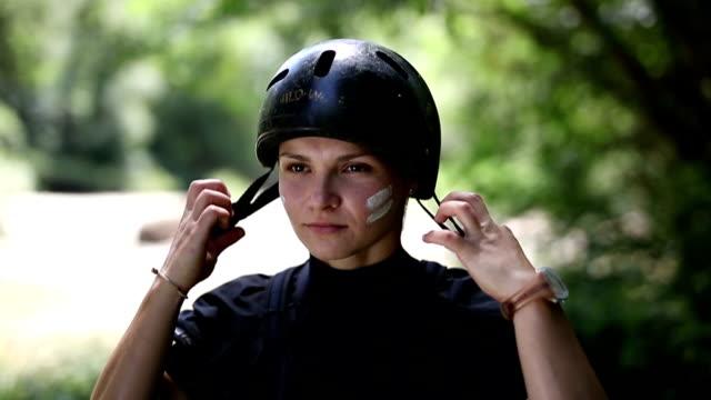 Kajakfahrer einen Helm aufsetzen