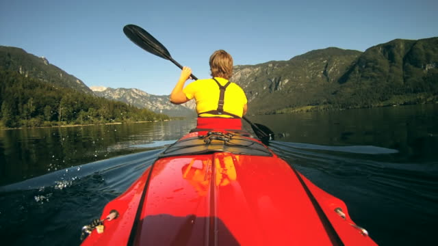 HD: Kayaking in acque tranquille.