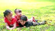 Kinder spielen in den park