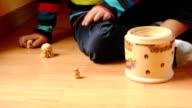 Kind spielt mit russischen Puppen