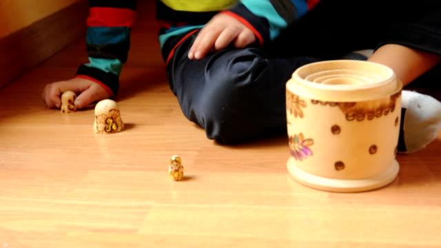 Bambino giocano con le bambole russe
