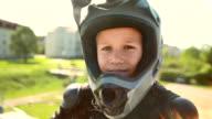 HD: BMX Kind mit Daumen nach oben