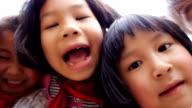 Kinder von bis zu Kamera
