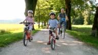 HD: Kinder Radfahren mit seinem Großvater