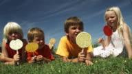 Kinder essen Lollies (Aufnahme in Rot