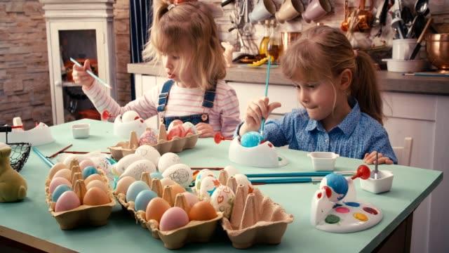 Kinderen paaseieren schilderen