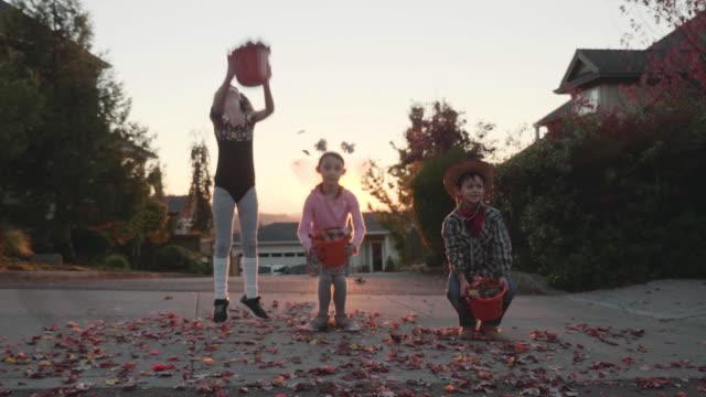 4K SLO MO: Kids bladeren gooien in de lucht