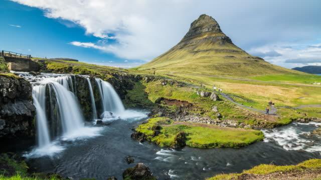 Kirkjufell berg en Kirkjufellsfoss waterval in IJsland time-lapse