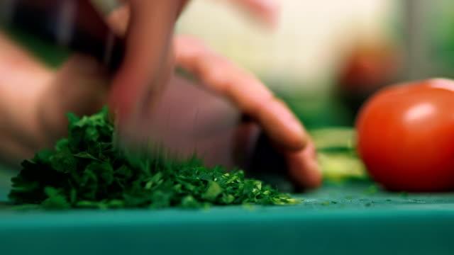 Aktivitäten-Schneiden Gemüse in der Küche