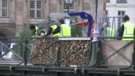 La alcaldia de Paris empezo a retirar el lunes casi un millon de candados del amor que las parejas colgaron en el celebre Puente de las Artes luego...