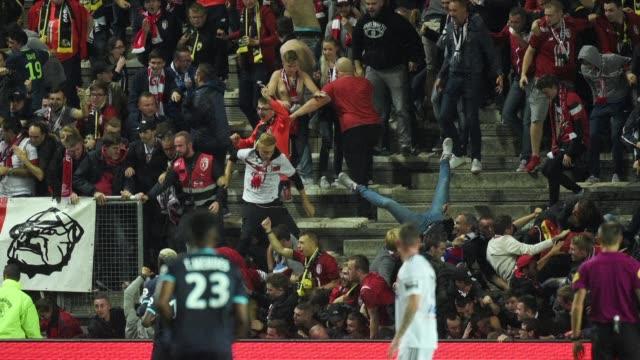 La caida de una valla en la tribuna visitante durante un partido de la liga francesa de futbol dejo 29 heridos cinco de ellos en estado grave